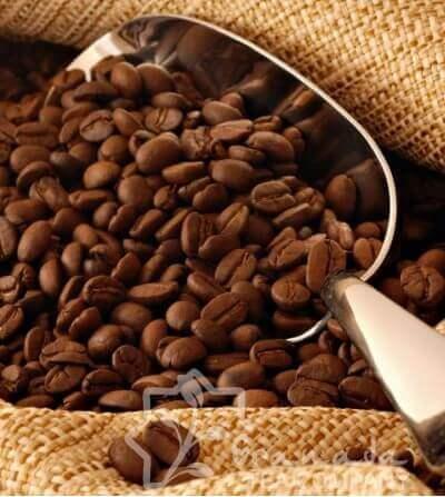 pala con granos de café tostado