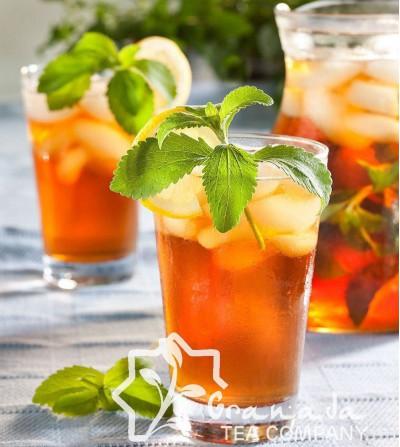 Vaso de té frio con hierbabuena